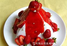 피라미드 모양 딸기장식 생크림 케이크