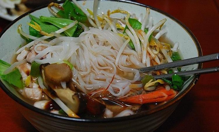 시원한 국물과 쫄깃한 면발이 좋은 해물쌀국수