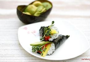 고소한 맛이 일품 아보카도 김말이와 샐러드