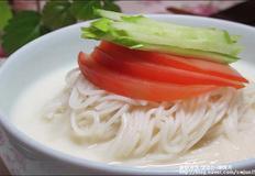 고소하고 담백한 여름철 영양식 콩국수