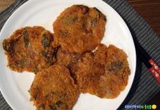 깻잎김치전:곰삭은 묵은지와 산뜻한 깻잎의 조화
