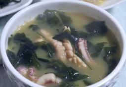 국물맛이 시원한 오징어 미역국