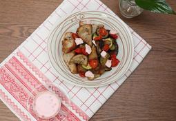 딸기 요구르트 드레싱을 곁들인 구운채소 빵 샐러드