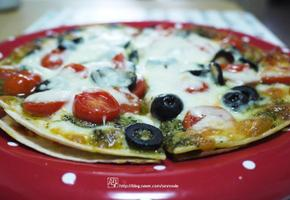 향긋한 바질과 상큼한 토마토가 어우러진 또띠아바질페스토 피자