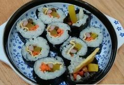 자취라이프 배고플때 후딱 만들어 먹는 김밥이에요~ 초록이 없어서 쪽파넣고 싸먹었어요
