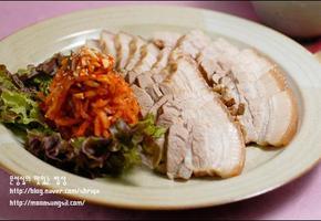 담백한 제대로의 고기 맛을 느끼고 싶다면 돼지고기수육과 무생채