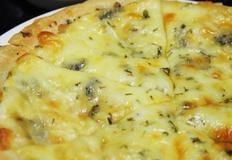 또띠아로 만든 고르곤졸라 피자