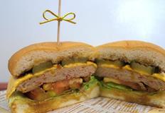 두툼한 패티가 매력적인 수제 햄버거