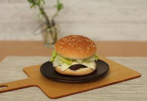 시판 냉동 패티로 만든 햄버거