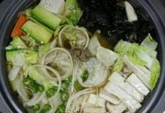 버섯 만두 전골, 만두와 각종버섯 및 채소로 시원하게 맛낸 전골