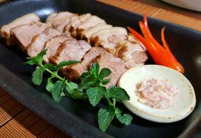 흑마늘 넣은 돼지고기 앞다리살 수육입니다