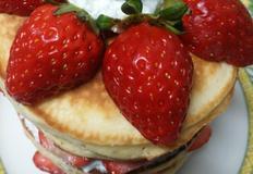 아이들과 조물조물 같이 만들어 더 맛있는 딸기핫케이크
