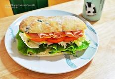 속재료 듬뿍 두툼한 치아바타 샌드위치