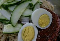 비빔냉면과 비빔냉면에 올려먹는 무/오이, 매콤달콤새콤 비빔냉면