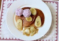 시나몬 향의 구운 바나나와 아이스크림을 올린 핫케이크