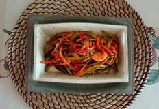 아삭한 맛이 살아 있는 여름철 별미김치 색다름을 주는 고구마줄기 김치입니다 핫독에 갈은 홍고추의 맛이 칼칼합니다