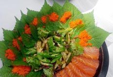 새콤달콤매콤~ 채소무침과 연어회 깻잎 날치알 쌈
