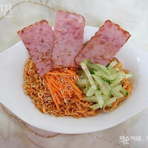 팔도 비빔면 맛있게 먹는법, 황금 소스와 환상 궁합 햄과 야채에싸먹기 ♪