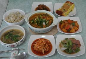 수제 소시지 볶음, 생선 찌게, 감자조림, 죽순 초무침, 달걀 치즈말이