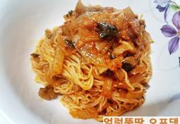 김치 비빔국수와 밀떡 국물 떡볶이