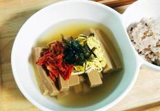 김치고명이 올라간 따뜻한 토토리묵사발(육수만 있으면 간단하게 만들어요)
