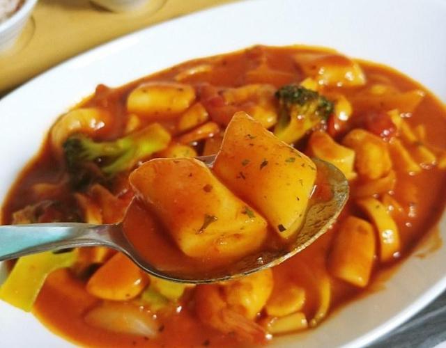 토마토 떡볶이(시판용 토마토소스로 간편하게 남은 떡국떡으로 만들어보세요)