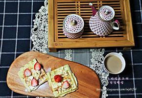 홈메이드 와플과 커피 한 잔으로 아침을