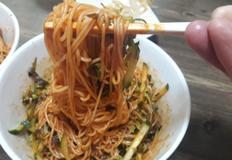 연근칩을 곁들인 비빔국수