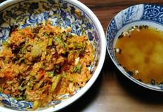 새콤달콤 왕꼬막야채비빔밥, 봄철 입맛 돋우는 상큼한 꼬막 비빔밥을 미소된장국과 함께.