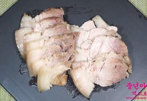 [돼지고기 목살 수육 레시피] 잡내 제거, 기름기 쫙 빠진 건강요리, 새우젓에 상추쌈까지.