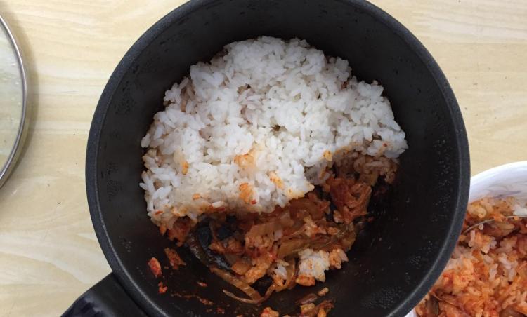 국민학교때 먹었던 김치밥 느낌.