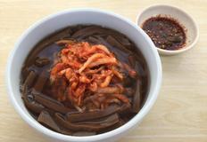 김치고명 얹은 따뜻한 묵밥