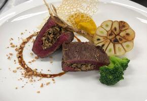 [동국대학교]흑마늘 간장 소스를 곁들인 버섯을 채운 설깃머리살 구이
