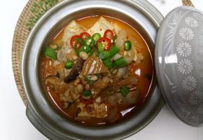 묵은지와 쫀득한 삼겹살을 넣어 끓인 '김치청국장찌개'