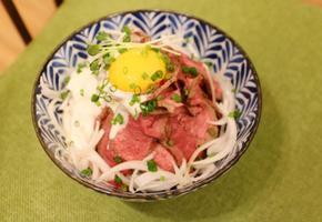 육즙이 살아있는 육우 스테이크 덮밥