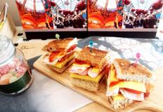#크리스마스파티 #햄달걀샌드위치 #두툼하게 만든 달걀지단에 햄과 토마토, 치즈를 올린 듬직한 샌드위치!!