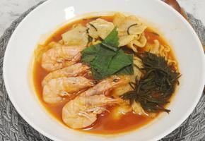 수제비를 곁들인 새우 듬뿍 해물라면(국물이 좋은 새우탕면)