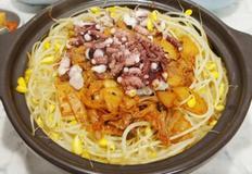 낙지까지 넣은 김치 콩나물밥(달래양념장에 쓱싹 비벼먹어요)