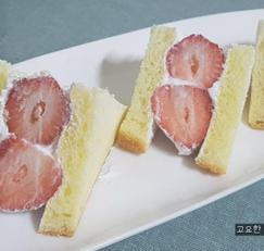간식, 색 고은 딸기와 귤 샌드위치