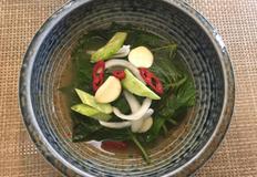 청고추를 갈아 만든 독특한 깻잎 물김치