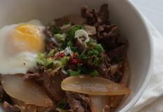 햇 양파 듬뿍 넣은 간단한 소고기덮밥 만드는 법