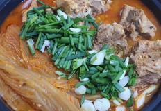 푹익은 김치와 고기 한점..등뼈김치찜