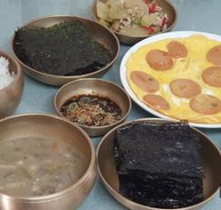 백파더, 백반 요리(흰밥, 옛날 소시지, 김구이)
