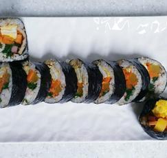 재료를 듬뿍넣어 만든 맛있는 김밥